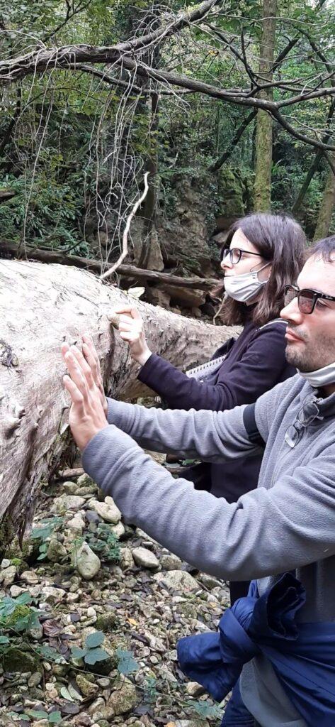 Marta Espejo Fernandéz e Davide Pigozzi che improvvisano sopra un tronco di albero