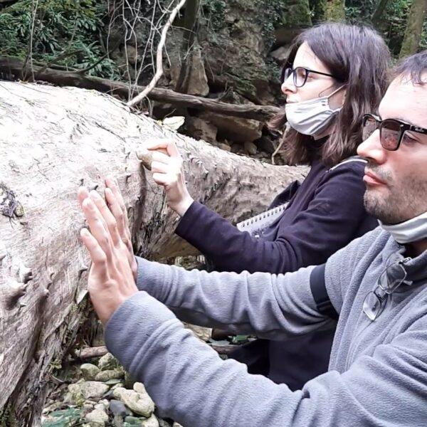 Marta Espejo e Davide Pigozzi improvvisano con un tronco di albero della Val Borago